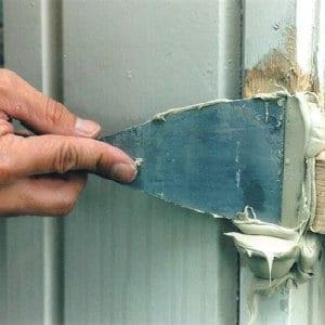 Comment reboucher un trou dans une porte ou les volets - Comment reboucher une porte ...