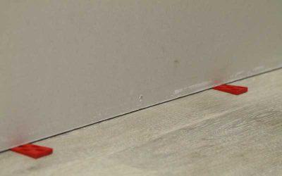 Comment poser une cloison : fixation première plaque