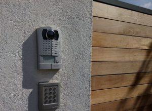 Installer un interphone pour une communication sûre avec vos visiteurs